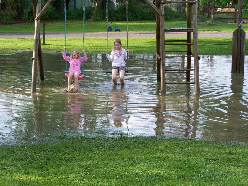 Ferienhof Messer Im Regen Haben Die Kinder Spaß